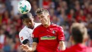 Spielverderber: Marc-Oliver Kempf, ein ehemaliger Frankfurter, klärt vor Eintracht-Neuzugang Sébastien Haller.