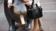 Den Bären an den Ohren packen – statt den Bullen bei den Hörnern: vor der Börse in Frankfurt