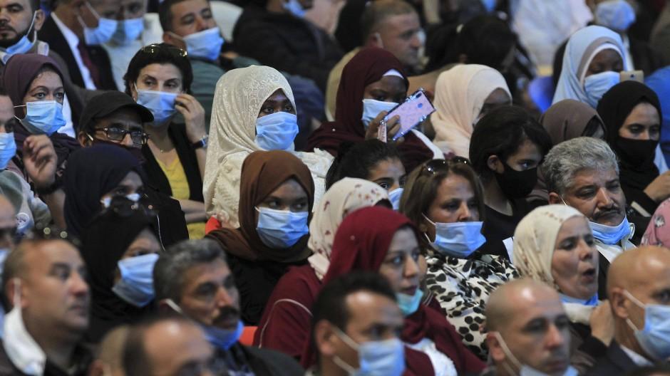 Besucher einer Wahlkampfveranstaltung der Partei Nationale Demokratische Sammlung in Algier