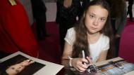 Die schwedische Umweltaktivistin Greta Thunberg gibt bei der Verleihung der Goldenen Kamera  Ende März Autogramme für ihre wartenden Fans.