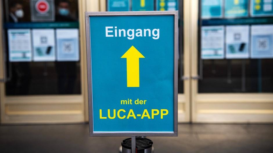 Die Luca-App wird vielerorts eingesetzt, auch in diesem Kaufhaus am Alexanderplatz in Berlin.