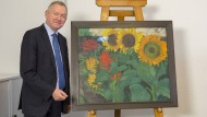 """NDR-Intendant Lutz Marmor präsentiert die zurückeroberten """"Sonnenblumen""""."""