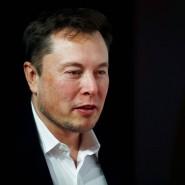 """Der umstrittene Tesla-Gründer Elon Musk am Dienstagabend in Berlin, als er überraschend zur Verleihung des """"Goldenen Lenkrads"""" auftauchte."""