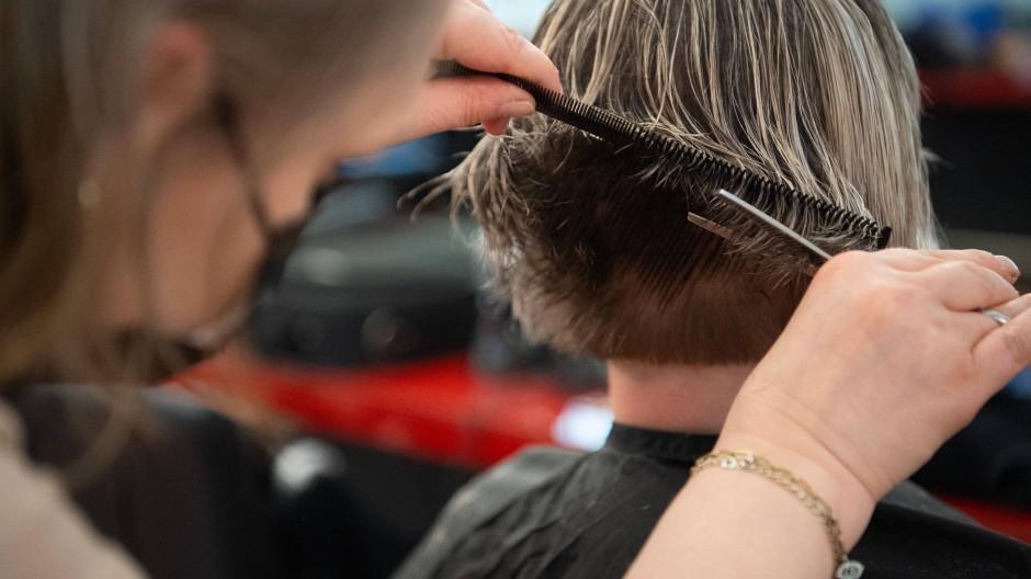 Kostet einiges: Eine Friseurin schneidet einer Kundin die Haare in einem Berliner Friseursalon.