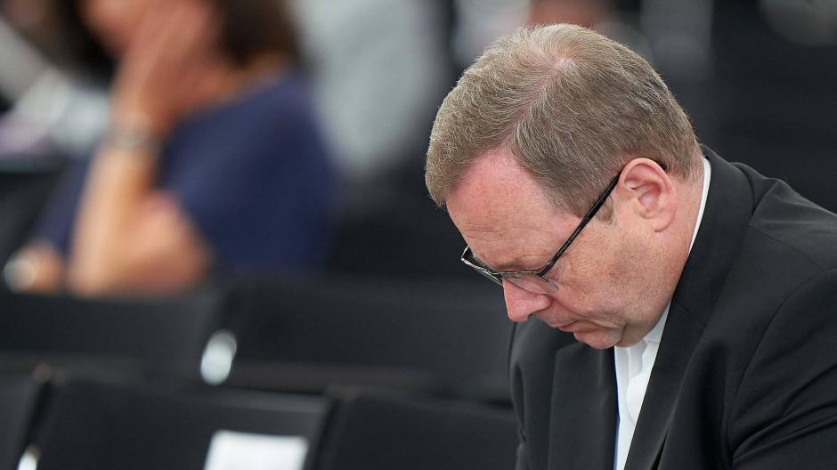 """Der Limburger Bischof Georg Bätzing verfolgt die Abschlusspräsentation des Projekts """"Betroffene hören - Missbrauch verhindern""""."""