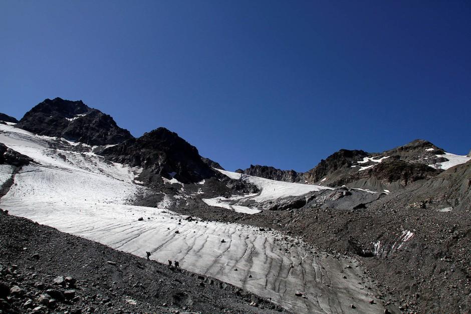 Wanderer überqueren den Jamtalferner Gletscher in der Nähe von Galtuer, Österreich.