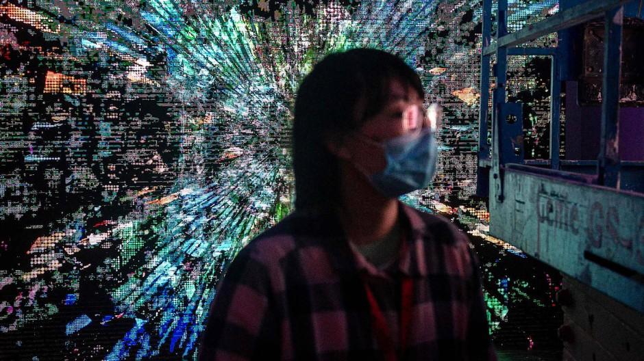 Eine Besucherin in einem der weltweit ersten Museen in Peking, das sogenannte Blockchain-Kunst zeigt.