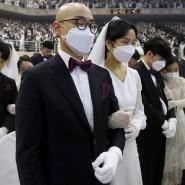 Mit Sicherheit verliebt: In einer Massenzeremonie heiraten junge Menschen in der Vereinigungskirche in Gapyeong in Südkorea. Das Coronavirus hat das Land erreicht und breitet sich schnell aus.