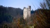 Unverbaubarer Ausblick: Die Laurenburg hoch oben über der Lahn
