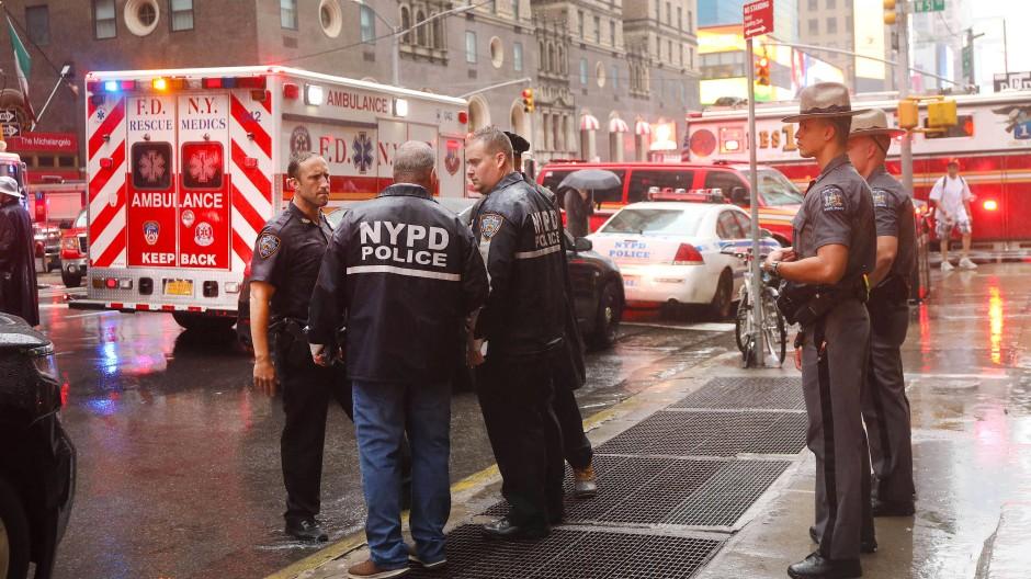 Einsatzkräfte auf der Straße am Unglücksort in Manhattan