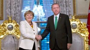 Abgeordnete fordern Kritik an Erdogan