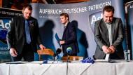 Andre Poggenburg (Mitte) mit Egbert Ermer (r.) und Benjamin Przybylla (l.) am Donnerstag in Dohma (Sachsen-Anhalt)