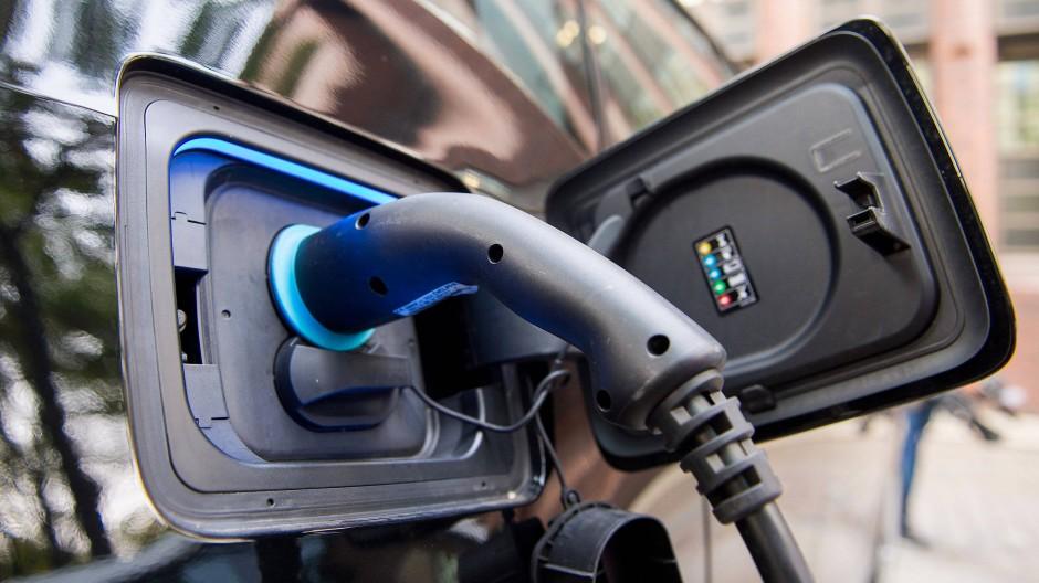Gibt es bald mehr Ladestationen? Ein Stecker steckt an einer Ladestation für Elektrofahrzeuge in einem Auto.