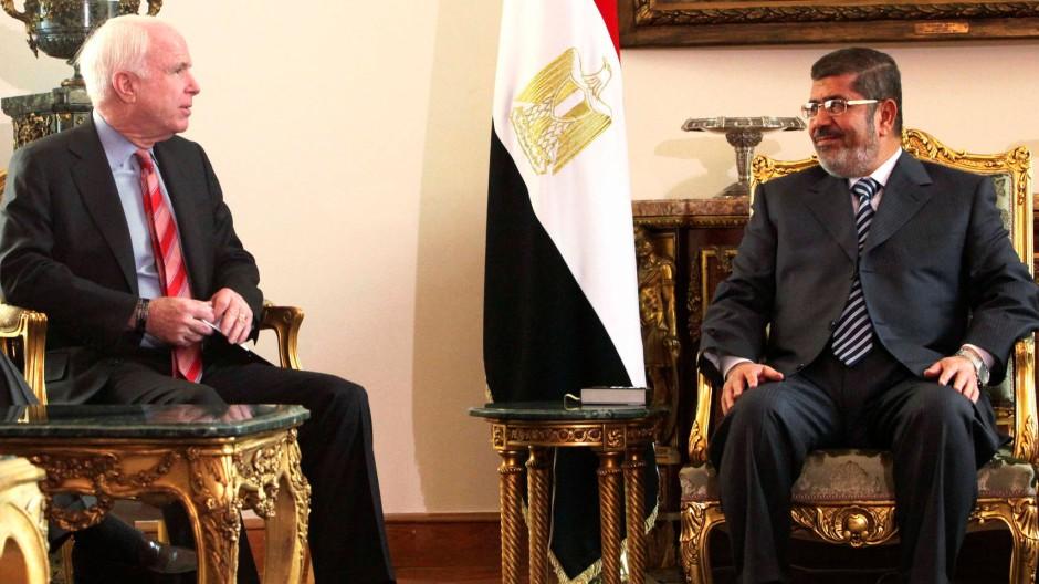 Senator im Gespräch mit dem Präsidenten: John McCain (l.) und Muhammad Mursi