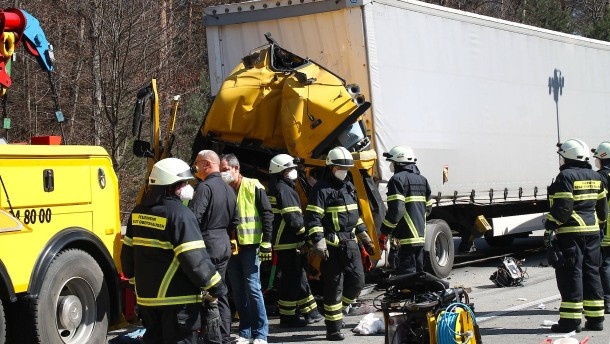 30 Notrufe wegen brennender Gartenhütte – Lastwagen rast in Stauende