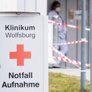 Schilder weisen am Klinikum Wolfsburg den Weg zur Notaufnahme