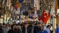 Menschen auf dem großen Basar in Istanbul