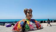 """Mit """"Toy"""" gewann die Israelin Netta Barzilai im vergangenen Jahr den ESC. Die Künstlerin Nirit Levav Packer hat ihr in Tel Aviv ein Denkmal gesetzt."""