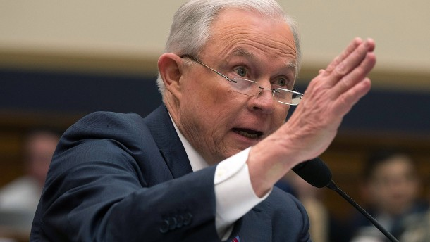 Justizminister Jeff Sessions fällt Donald Trump in Rücken