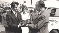 Siegfried Steiger (links) übergibt im November 1969 das erste Funkgerät ans Deutsche Rote Kreuz..
