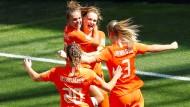 Vivianne Miedema (2.v.r.) freut sich mit ihren Teamkolleginnen über ihren Treffer gegen Italien.