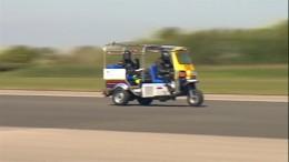 Aufgemotztes Tuk-Tuk fährt 120km/h