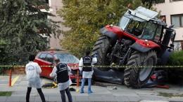 Traktor überrollt Autos