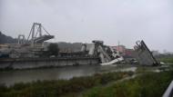 Die Trümmer der eingestürzten Brücke