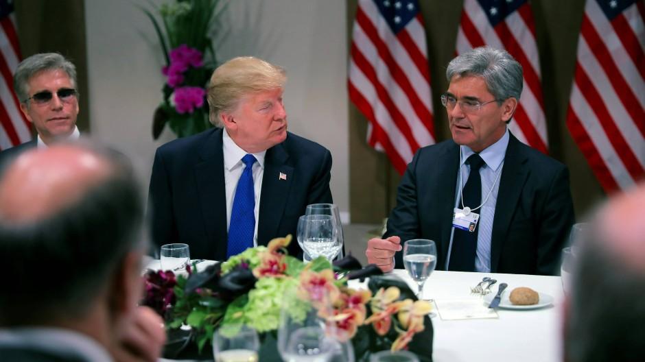 Abendessen mit dem Präsidenten: Siemens-CEO Joe Kaeser und weitere Wirtschaftsbosse speisen in Davos mit Donald Trump.