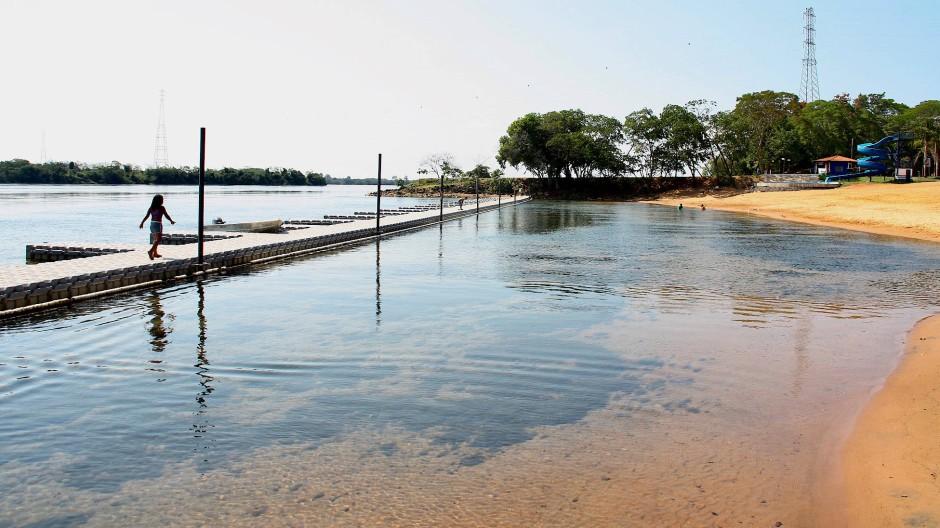 Noch breit, aber schon sehr flach: der Rio Paraná am Flusstrand von Rosana