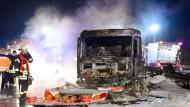 Tanklastzug fängt Feuer und brennt aus