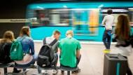Unter Tage: Wartende Fahrgäste an der U-Bahnstation Frankfurt Hauptbahnhof.