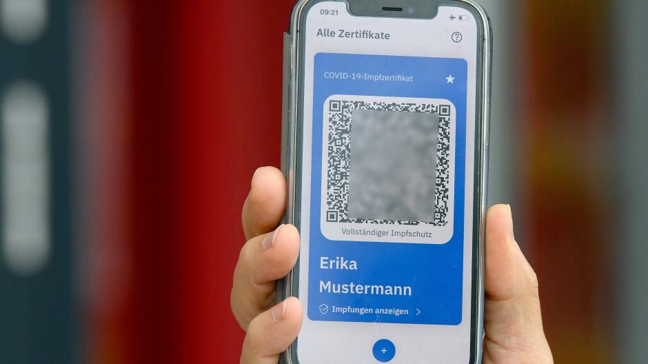 Digitaler Nachweis: Zusätzlich zum Eintrag in den Impfpass lässt sich für abschließend Geimpfte ein QR-Code scannen.