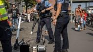 Die Frankfurter Polizei kontrolliert Elektro-Roller am Opernplatz.