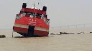 Fähre rast auf Wellenbrecher