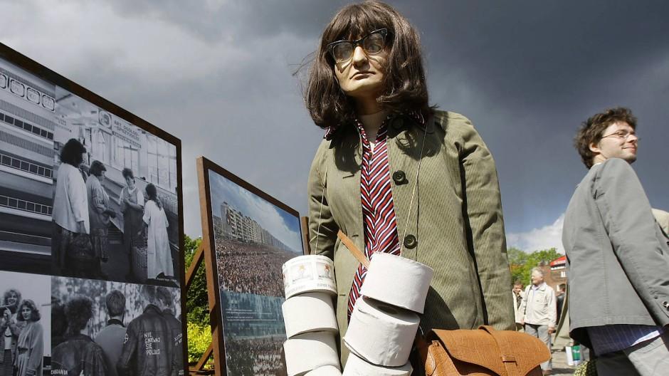 Im Polen der Achtziger ein vertrauter Anblick: Menschen mit umgehängtem Klopapier. Das Bild zeigt eine Installation aus Danzig, 2009