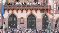 Die Frauen des 1. FFC Frankfurt feiern auf dem Römer-Balkon