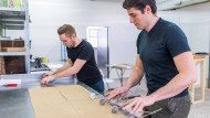 Selbst ist der Mann: Die Lizza-Gründer Marc Schlegel (links) und Matthias Kramer in ihrer Produktionshalle