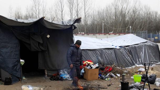 Ungarn lässt frierende Migranten trotz Eiseskälte nicht ins Land