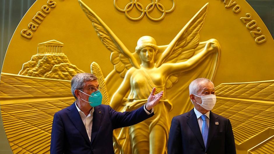 Goldene Bilanz? IOC-Chef Thomas Bach (links) vor einer übergroßen Abbildung der Olympiamedaille zusammen mit Mitsui-Fudosan-Group-CEO Masanobu Komoda