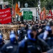 """Hamburg: Demonstrationsteilnehmer laufen im September mit Transparenten mit den Aufschriften """"Wir können uns die Reichen nicht mehr leisten!"""" und """"Wir enteignen Euch alle""""."""