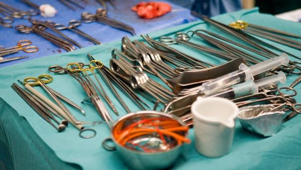 Chirurg hinterlässt bei Operationen Initialen auf Organen