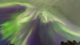 Polarlichter strahlen über Finnland