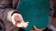 Viele Menschen in Deutschland sind arm: Doch wie sehr ist dem Armut - und Reichtumsbericht der Regierung zu trauen?