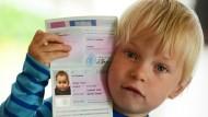 Stolz: Leonard mit seinem eigenen Reisepass