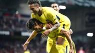 Edinson Cavani (unten) und Neymar freuen sich über das erfolgreiche Spiel gegen En Avant Guingamp.