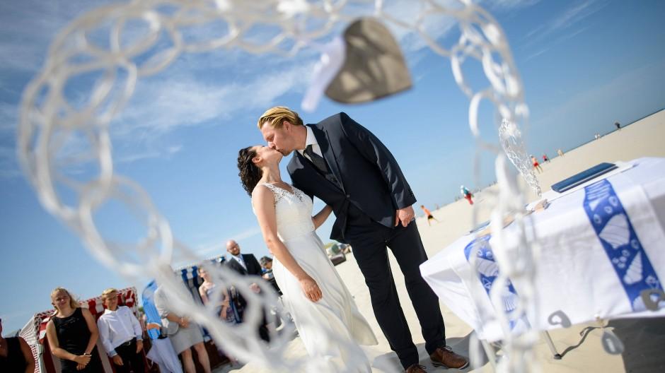 In Deutschland ist Hochzeitssaison – auf Juist kann man sich seit Mai sogar direkt am Strand trauen lassen.