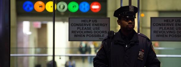 Ein Polizist steht vor dem Bellevue-Krankenhaus in New York, in dem der Ebola-Patient behandelt wird