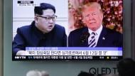 Kim, Trump auf einem Bildschirm in einem Bahnhof in Seoul