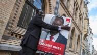 Karamba Diaby mit seinem Wahlkampfplakat in Halle
